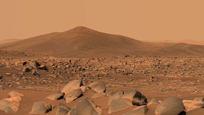 這張圖片顯示了聖克魯斯(Santa Cruz)——一個距離「毅力號」(Perseverance)漫遊車大約1.5英里(2.5公里)的山丘。整個場景位於火星「傑澤羅隕石坑」(Jezero Crater)內。在山丘外的地平線上可以看到隕石坑邊緣。(NASA/JPL-CALTECH/ASU/MSSS)