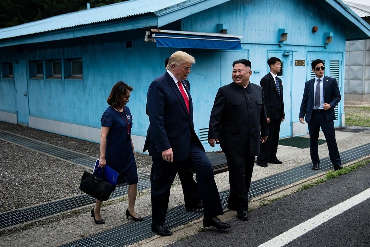 「我可以過來嗎?」特朗普一句話,金正恩趕緊做了邀請的姿勢,並且說「這將是莫大的榮幸」。6月30日在韓朝非軍事區,特朗普向北韓一邊走了20步。(BRENDAN SMIALOWSKI/AFP/Getty Images)