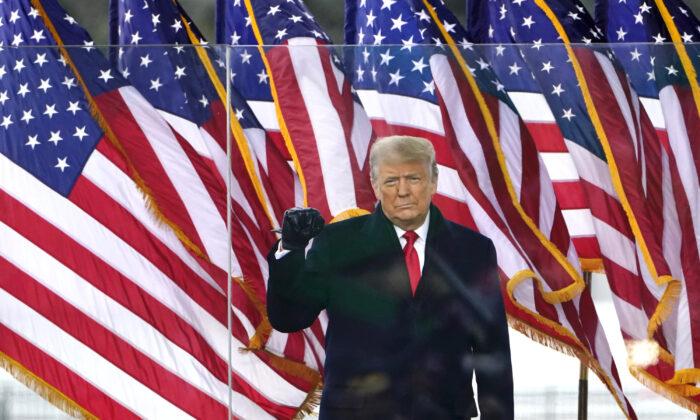 2021年1月6日,特朗普對聚集在國會大廈的眾多支持者講話。(Jacquelyn Martin/AP)