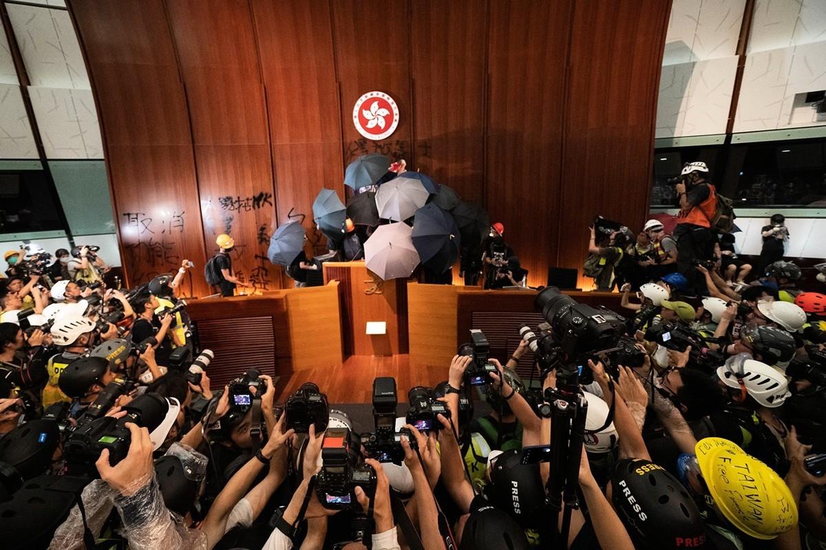 香港七一移交主權22周年之際,一些港民在與警察激烈衝突之後,衝進了立法會。(李逸/大紀元)