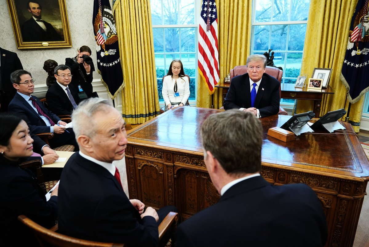 周五(2月22日),美國總統特朗普在白宮接見中國貿易代表,之後舉行了記者會。特朗普政府在中美雙方代表都在場的情況下宣佈,兩國間的貿易談判不再是力求達成「諒解備忘錄」,而是「貿易協議」。(MANDEL NGAN/AFP)