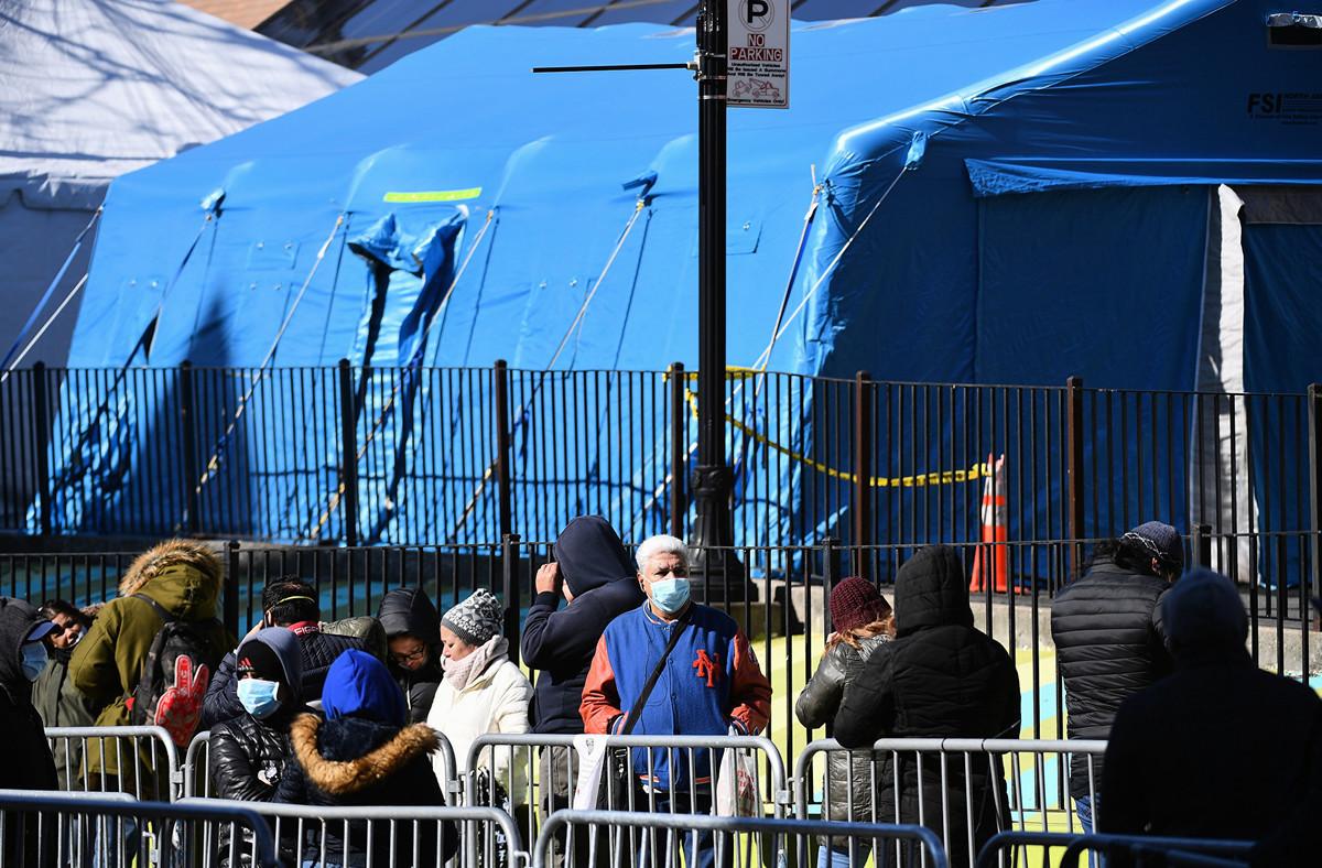 2020年3月29日,美國總統特朗普在談到他的故鄉紐約市Queens埃姆赫斯特醫院(Elmhurst Hospital)的情況時略顯激動,稱他這輩子從未見過這種場景。圖為3月26日埃姆赫斯特醫院外,人們排隊等著病毒檢測。(Angela Weiss / AFP)