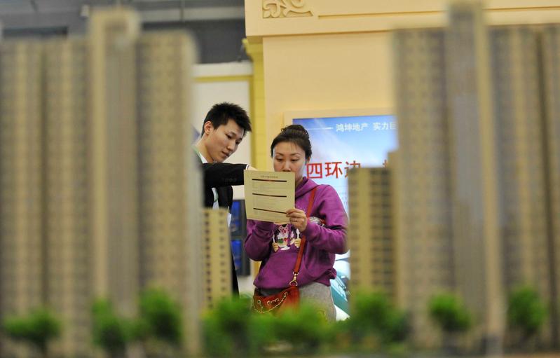 受疫情等因素影響,廣州、深圳等地樓市的銷售量持續下滑。圖為北京一處樓市銷售中心。(AFP)