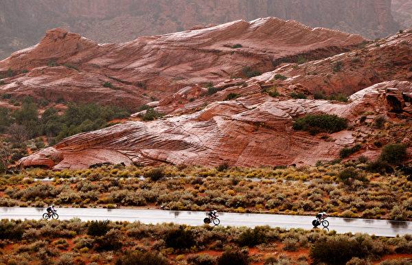 2021年9月18日,美國猶他州聖喬治(St. George),「鐵人70.3世界錦標賽」(IRONMAN 70.3 World Championship)期間,三位男選手正在騎單車。(Ezra Shaw/Getty Images for IRONMAN)