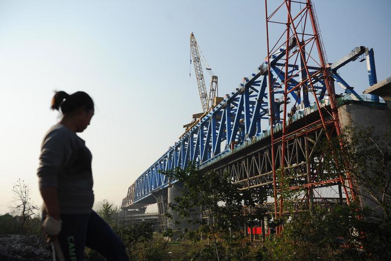 中共頻發寬鬆信號,有評論認為中共又要搞一個新4萬億的投資。圖為安徽省合肥市,一位工人在高鐵施工現場資料圖片。(STR/AFP/Getty Images)