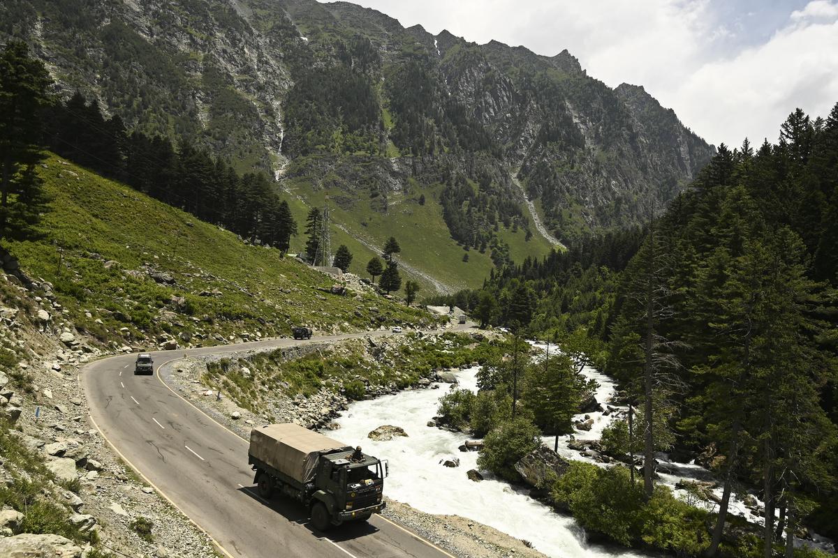 圖為2020年6月17日,印度軍隊護衛隊朝著與中國接壤的列城(Leh)駛去。(Photo by Tauseef MUSTAFA/AFP)