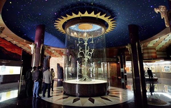 2005年4月13日,四川廣漢三星堆博物館陳列的青銅神樹。(China Photos/Getty Images)