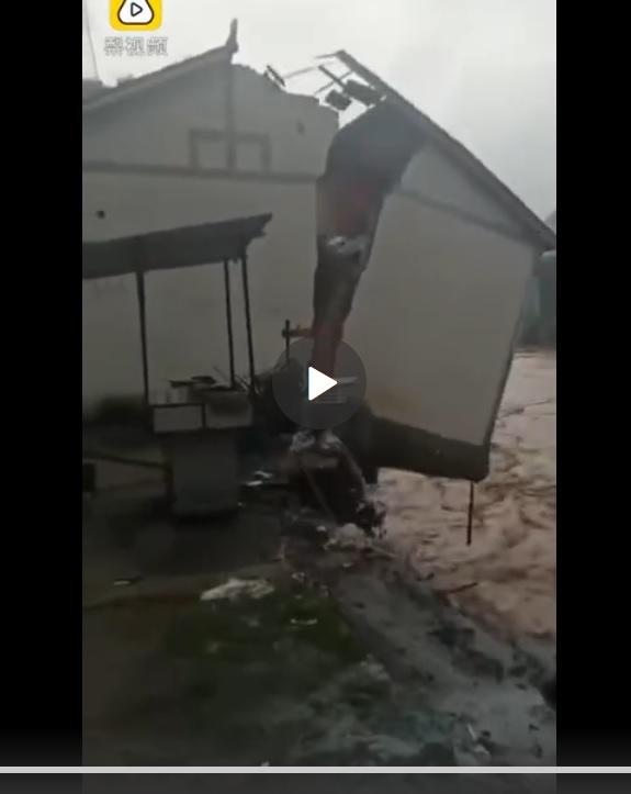 2020年6月30日,雲南昭通遭遇洪災,有房屋因地基被沖毀,裂成兩半後墜河。(影片截圖)