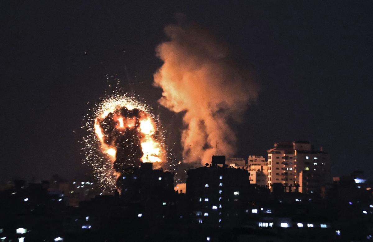 2021年5月10日,巴勒斯坦伊斯蘭運動組織哈馬斯控制下的加沙地帶遭到以色列空襲。此前,哈馬斯向耶路撒冷發射火箭彈。(MAHMUD HAMS/AFP via Getty Images)