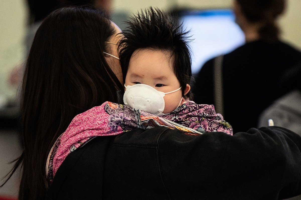 中共肺炎在國內外持續擴散。圖為香港家長為幼兒防疫畫面。(PHILIP FONG/AFP via Getty Images)
