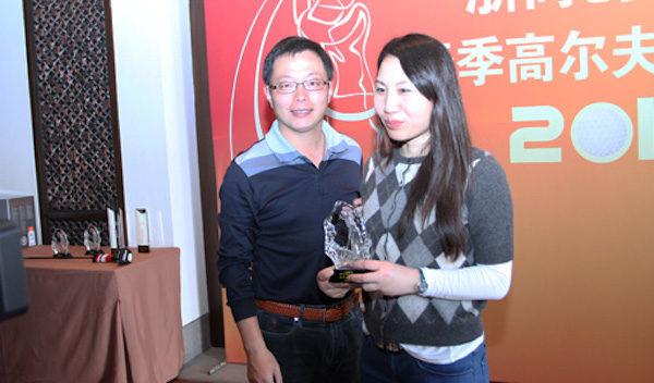 孫茜(右)出席浙商創投杯2012春季高爾夫邀請賽 ,獲頒女子「總桿季軍」。(網絡照片)