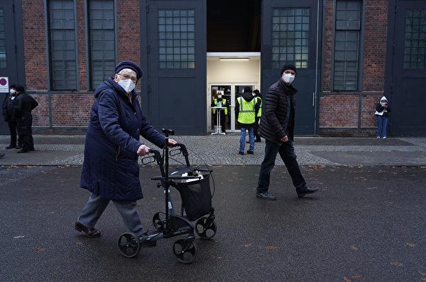 2021年1月4日,德國柏林,一位99歲的市民接種完輝瑞-BioNTech的中共病毒疫苗之後,離開柏林體育館(Treptow Arena Berlin)疫苗接種中心。(Sean Gallup/Getty Images)