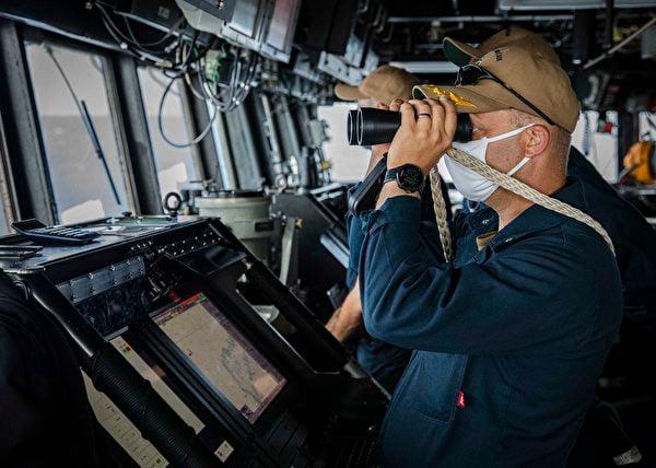 2020年12月22日,美軍驅逐艦麥凱恩(DDG 56)進入南沙群島海域,指揮官正在觀察附近的中共軍隊船隻。(美國第七艦隊)