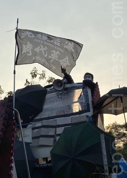 2019年11月13日,警察闖進香港各大學校園,狂轟濫捕青年學生。中大學生拉起「光復香港,時代革命」旗幟。(文瀚林/大紀元)