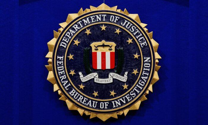 美國聯邦調查局(FBI)和網絡安全與基礎設施安全局(CISA)表示,一個名為「人民的敵人」(Enemies of the People)的網站據信是由為伊朗政權工作的網絡行為者(cyber actors)營運。圖為聯邦調查局標誌。(Mandel Ngan/AFP via Getty Images)