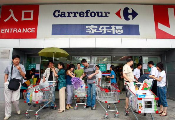 9月27日,蘇寧易購以現金48億元人民幣收購家樂福中國80%股份。圖為家樂福超市在北京一家分店。(TEH ENG KOON/AFP/Getty Images)
