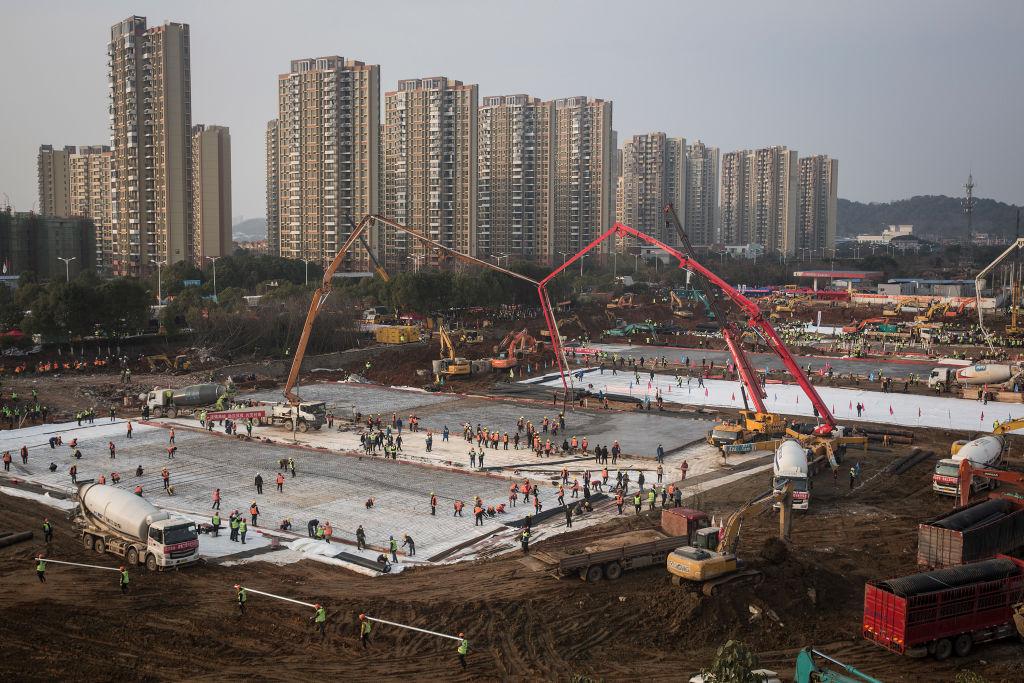 2020年2月15日,雨雪天氣下,武漢雷神山醫院多處漏水。圖為1月28日醫院施工現場。 (Getty Images)