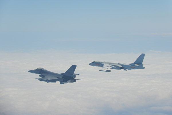 2020年2月9日中共軍機越過台海中線,中華民國國軍F-16戰機(左)緊急起飛監控伴飛。(中華民國國防部提供)
