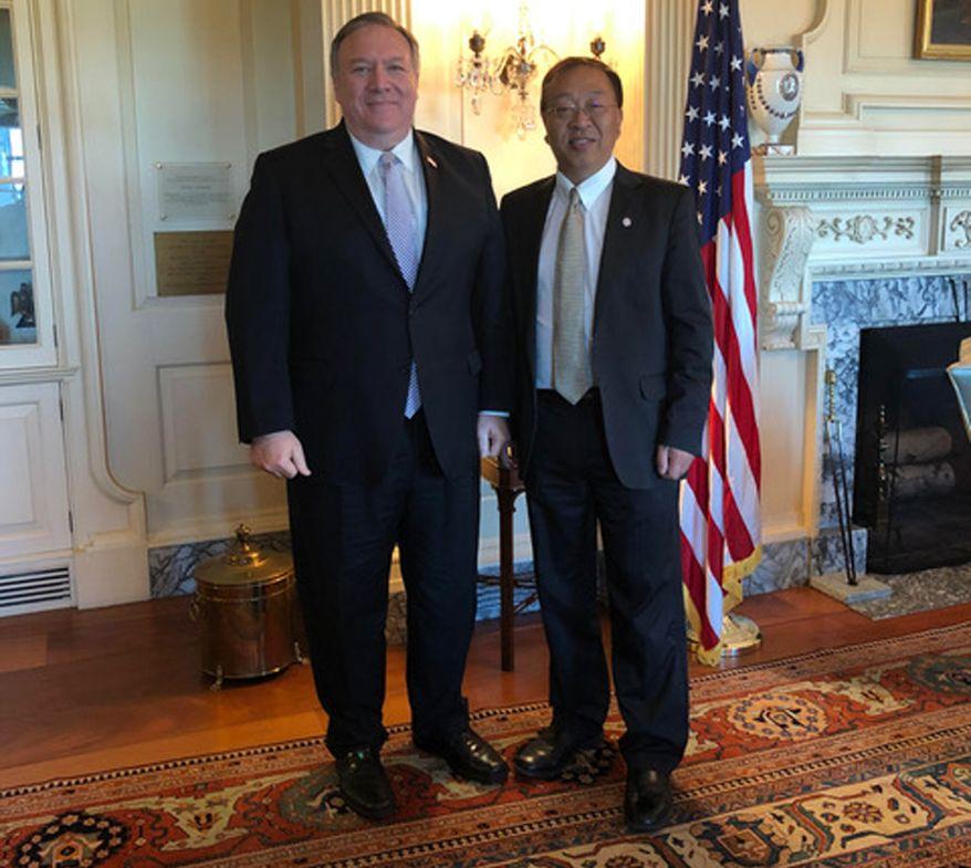 美國國務卿蓬佩奧和余茂春合照。(美國國務院提供)