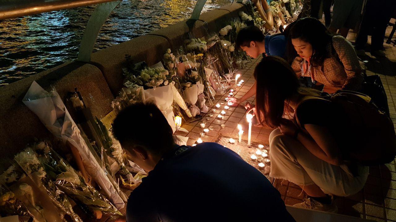 2019年11月8日晚,香港民眾在中環碼頭,獻鮮花點燭光,悼念周梓樂同學。(駱亞/大紀元)