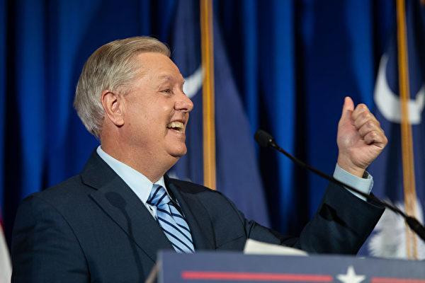 現任參議員林賽·格雷厄姆(R-SC)在他的選舉之夜聚會上慶祝勝利,2020年11月3日在南卡羅來納州哥倫比亞市。格雷厄姆(Graham)擊敗了民主黨美國參議院候選人海梅·哈里森(Jaime Harrison)。(Sean Rayford/Getty Images)