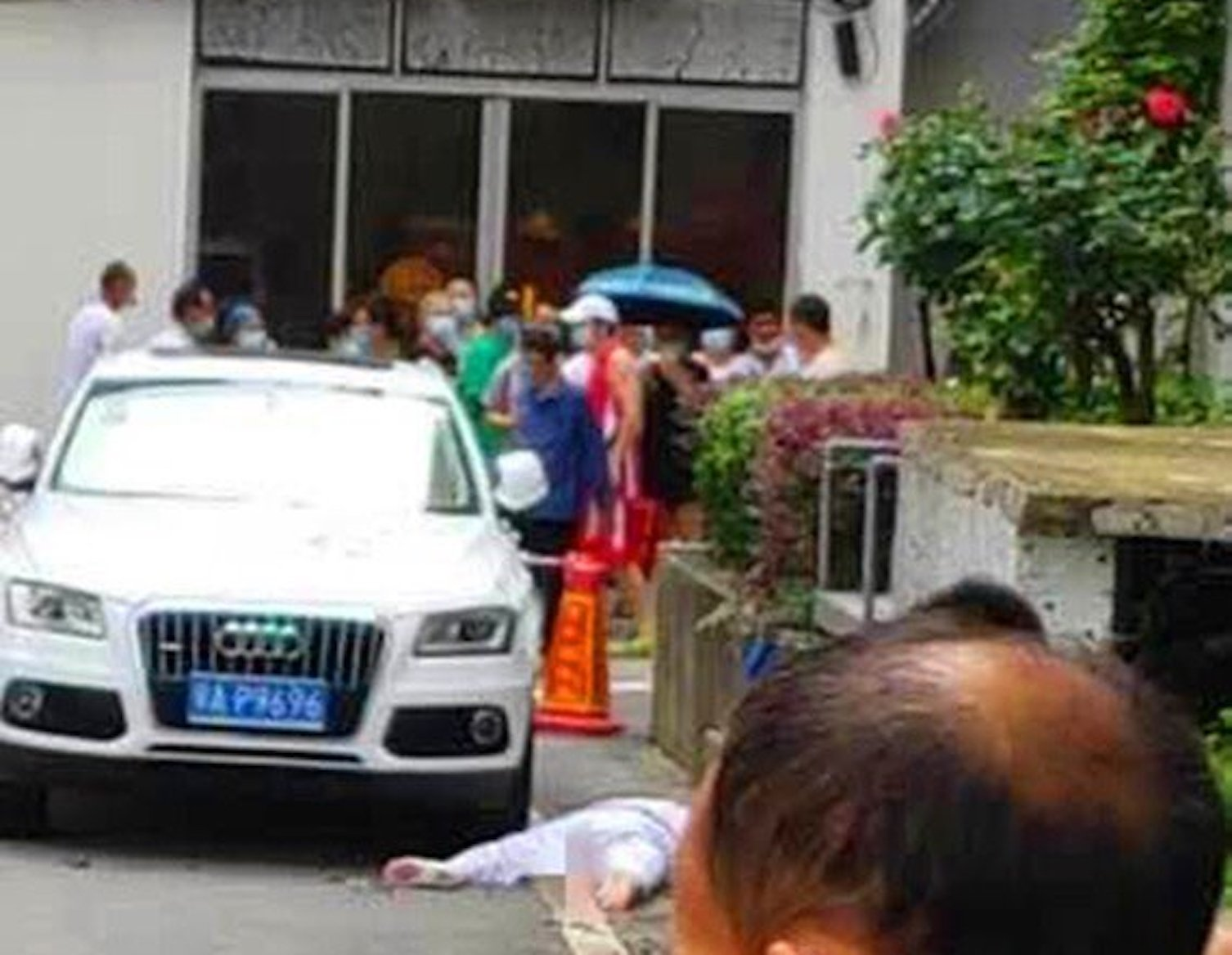 2020年7月29日,武漢協和醫院心內科護士張某婉墜樓身亡。圖為事發現場。(推特圖片)
