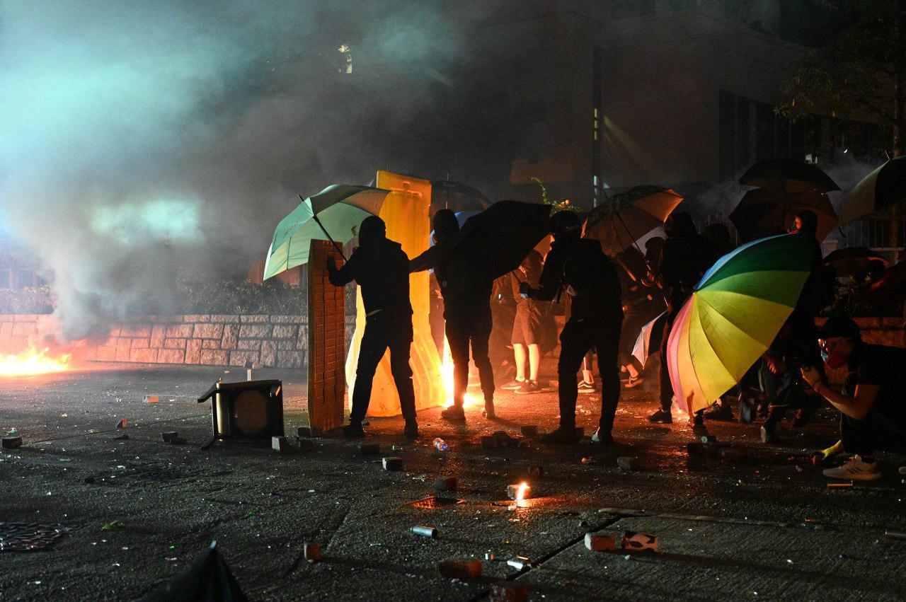 2019年11月18日凌晨,大批香港市民為了支援理工大學學生,與警方在佐敦至尖沙咀路段對峙。(文瀚林/大紀元)