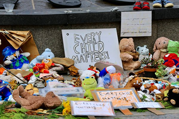 人們在國會山火炬周圍放上鮮花、玩具,紀念前寄宿學校遺址中遇難的兒童。(任僑生/大紀元)