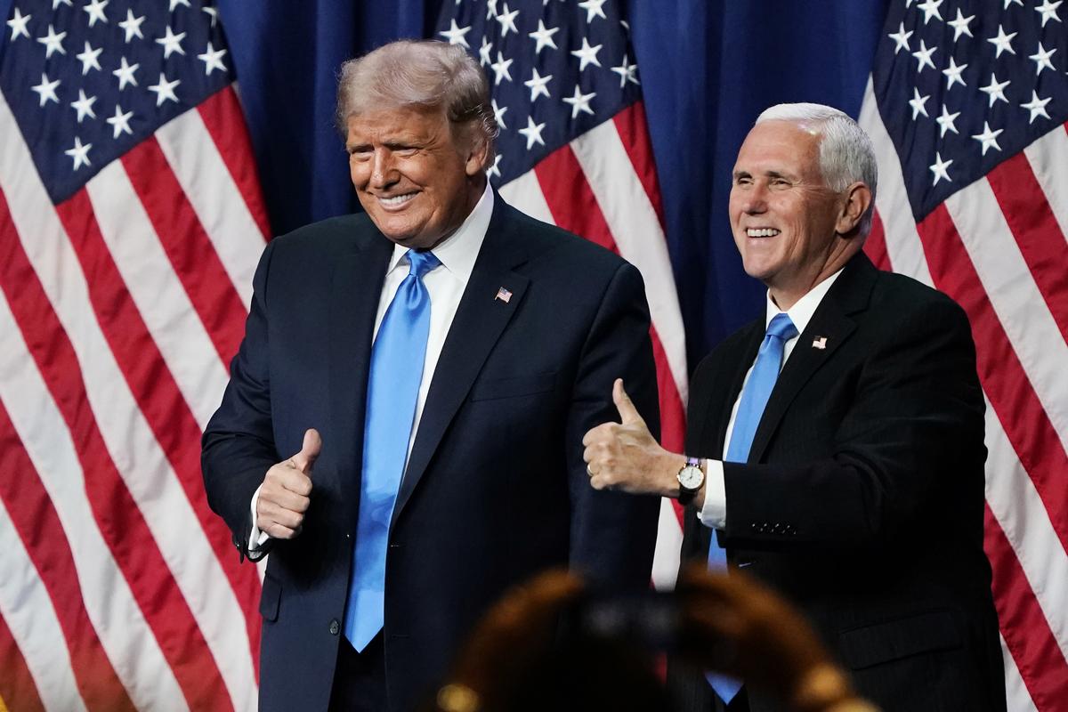 2020年12月14日賓夕凡尼亞州、佐治亞州、內華達州和亞利桑那共和黨人表示,共和黨選舉人將「替代」票投給了總統特朗普和副總統彭斯。圖為同年8月24日,特朗普和彭斯在北卡羅來納州的夏洛特會議中心舉行的共和黨全國代表大會首日露面。(Chris Carlson-Pool/Getty Images)