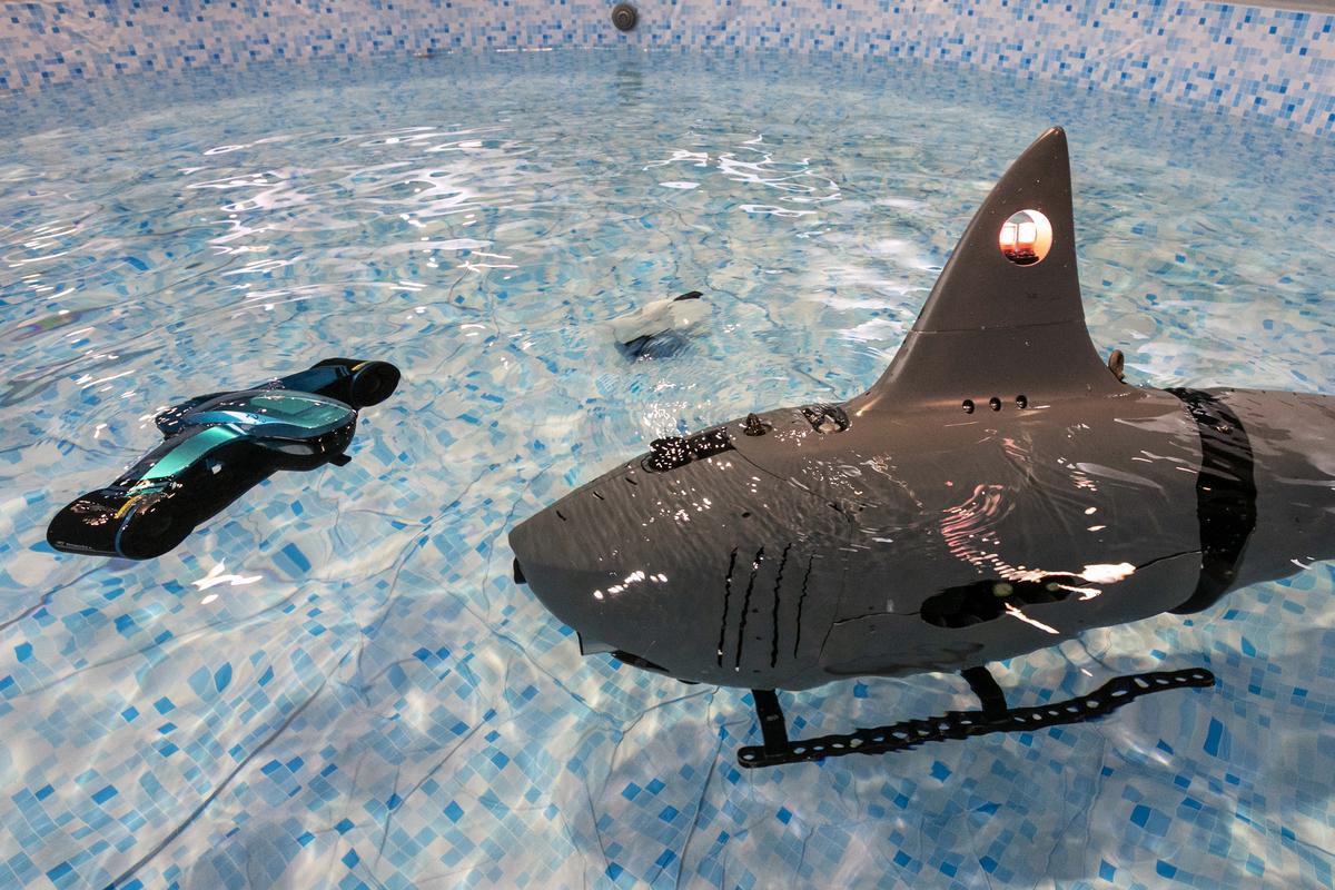 2020年1月9日在內華達州拉斯維加斯舉行的消費電子展(CES)上,可以看到博雅工道(Robosea)製造的「機器鯊魚」(Robo-Shark)。(DAVID MCNEW/AFP)