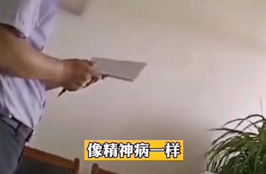 山東威海乳山市委黨史研究中心主任徐華偉對下屬搧打辱罵的影片曝光。(影片截圖)