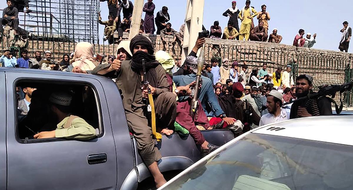 2021年8月15日,塔利班已經佔領了首都喀布爾並進入了總統府。圖為阿富汗東部城市賈拉拉巴德,塔利班武裝份子在一輛汽車上。(AFP via Getty Images)