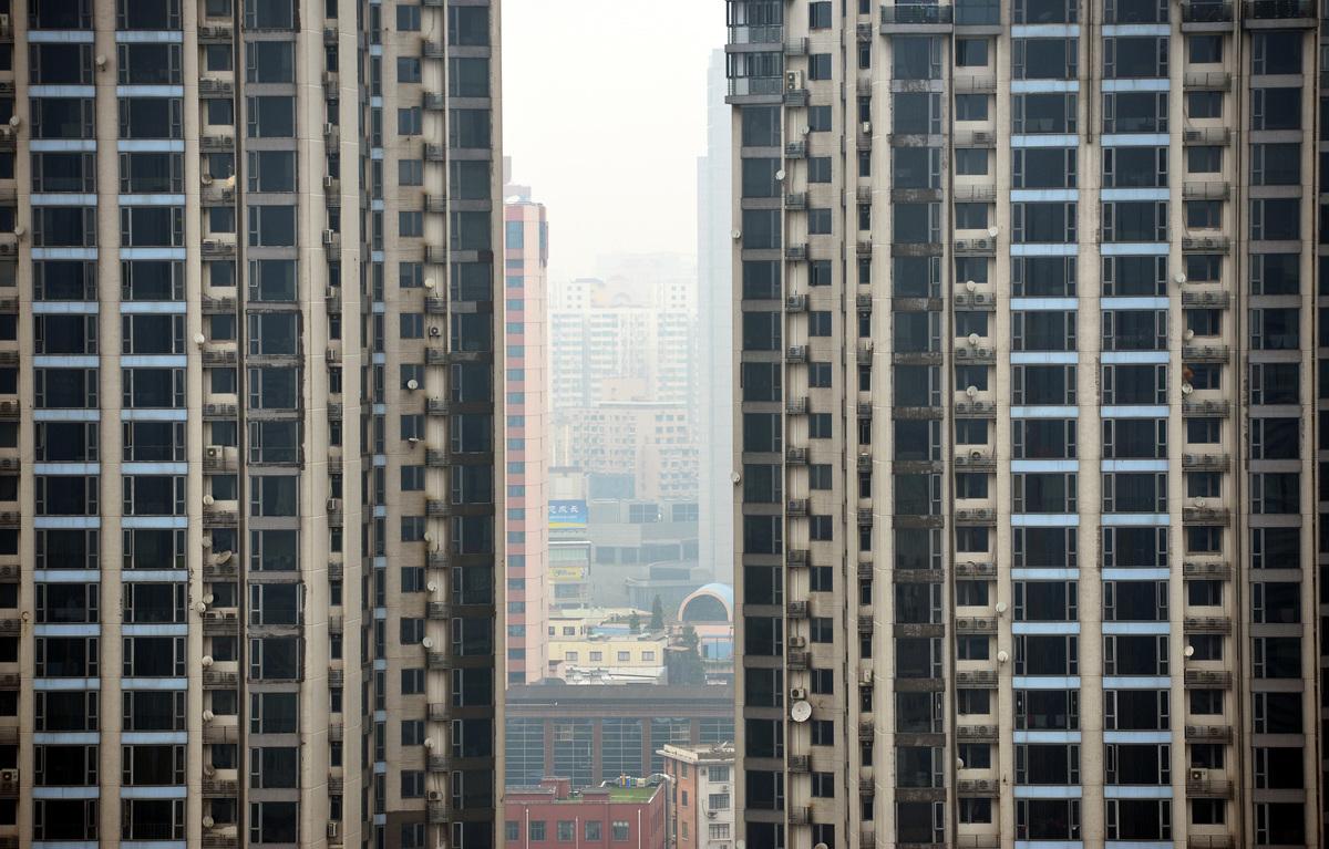 上海樓市年前年後兩個月突然一股虛火上升,有新樓盤超購10倍、學區房「一日一價」等怪異現象。(PETER PARKS/AFP via Getty Images)