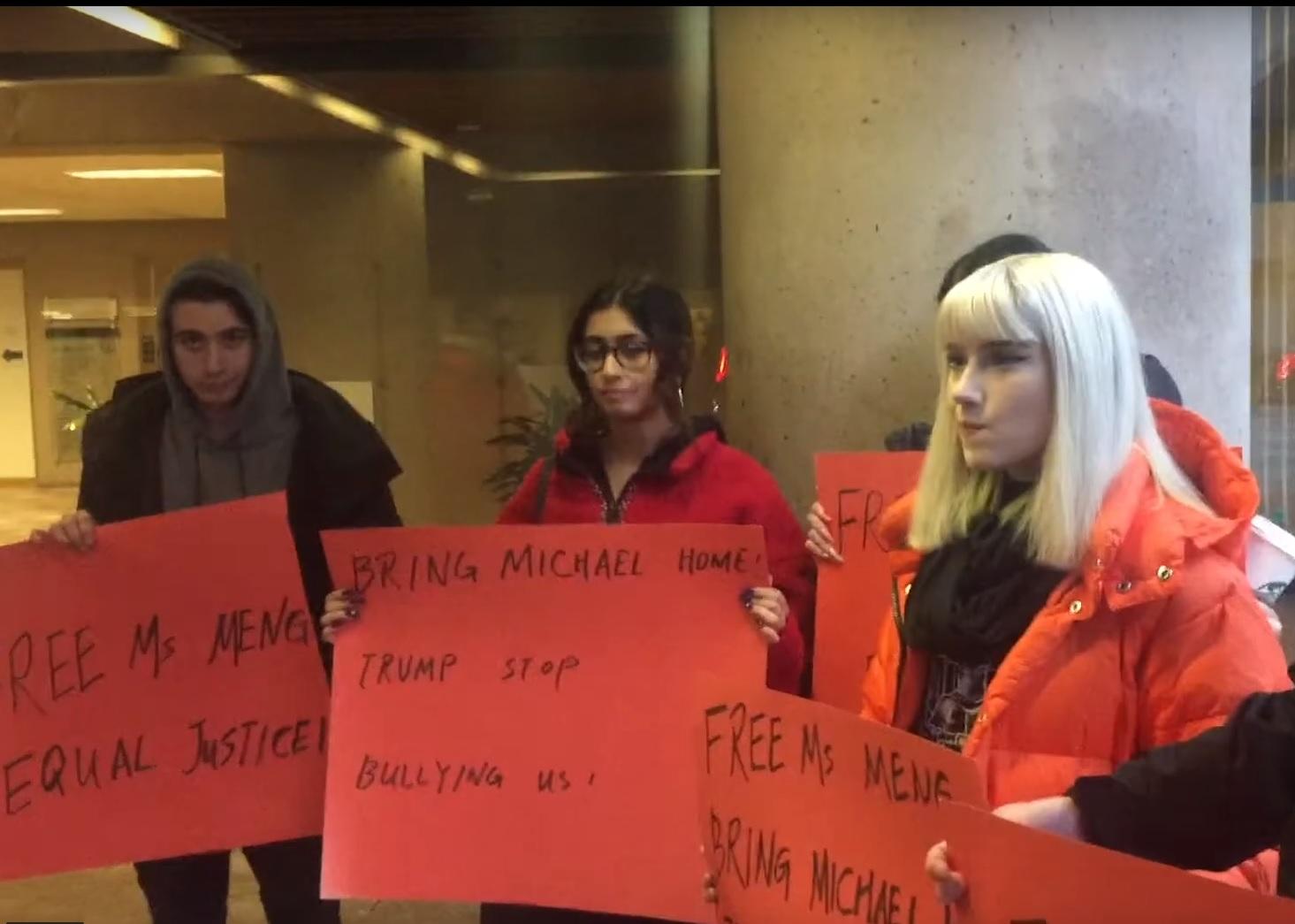 有媒體曝光,1月20日,兩名華人女子以2小時100至150元的酬金支付一群不明原由的西人年輕人,讓他們在法庭外抗議孟晚舟引渡案。(影片截圖)