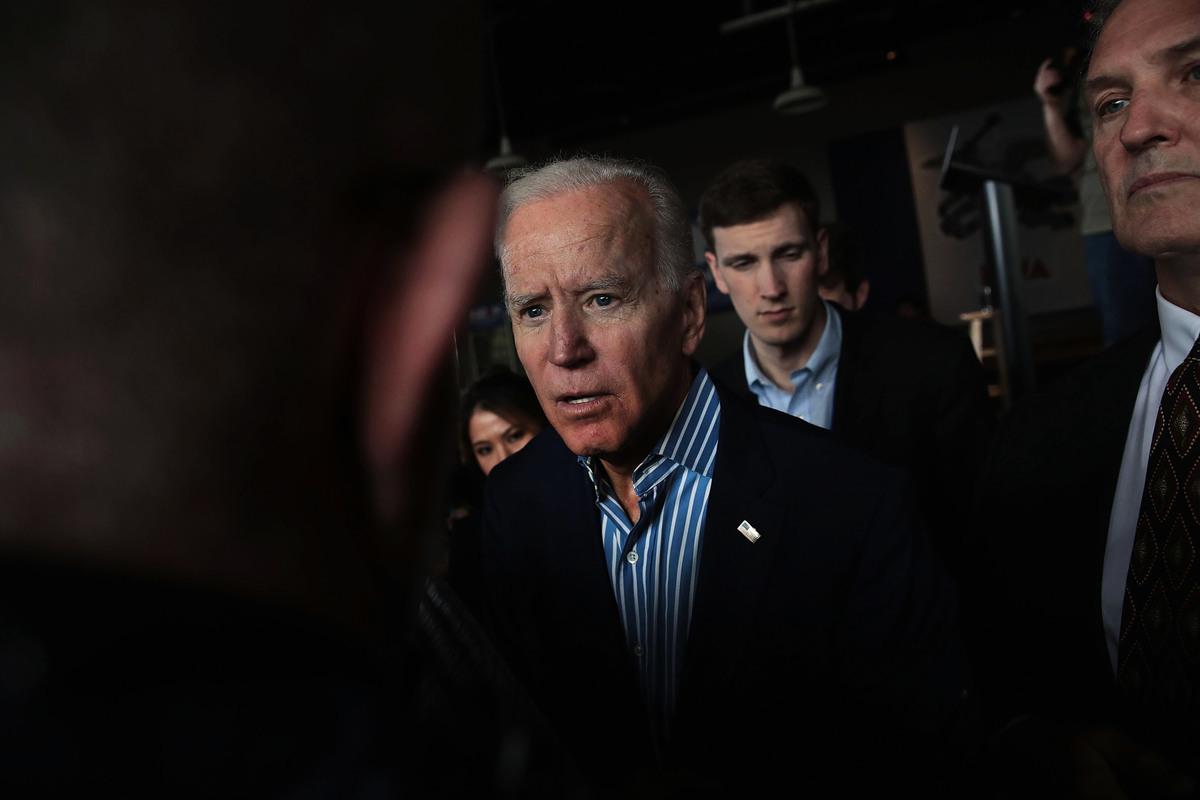 距離美國大選日越來越近,美國前副總統喬‧拜登(Joe Biden)及其次子亨特‧拜登(Hunter Biden)的貪腐醜聞繼續發酵。(Scott Olson/Getty Images)