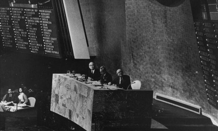 1971年10月25日,聯合國秘書長吳丹(U Thant)、大會主席阿丹·馬力克(Adam Malik)和副秘書長斯塔夫羅普洛斯(Ca Etavropoulos)宣佈中共治下的中國取代台灣成為聯合國成員國。(Keystone/Getty Images)