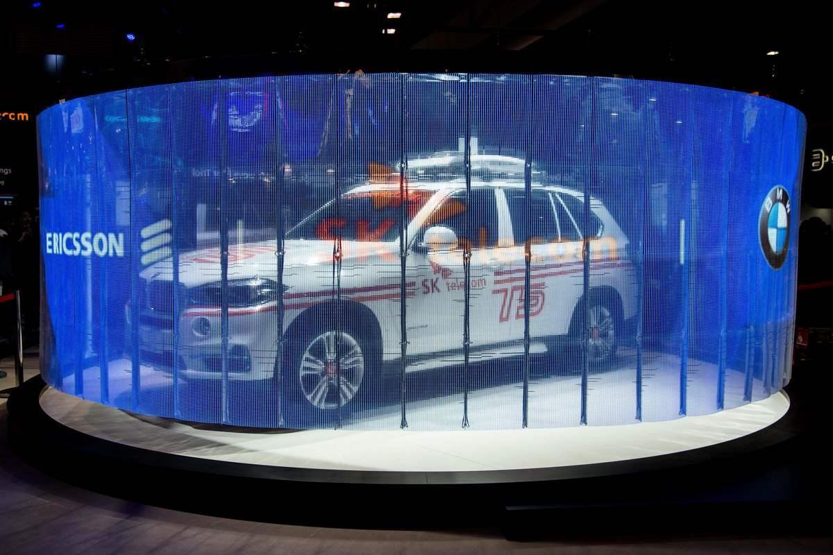 圖為瑞典的愛立信、南韓的SK和德國的寶馬公司於2017年2月27日在巴塞羅那的世界移動通信大會上展出「5G汽車連接技術」。(JOSEP LAGO/AFP/Getty Images)
