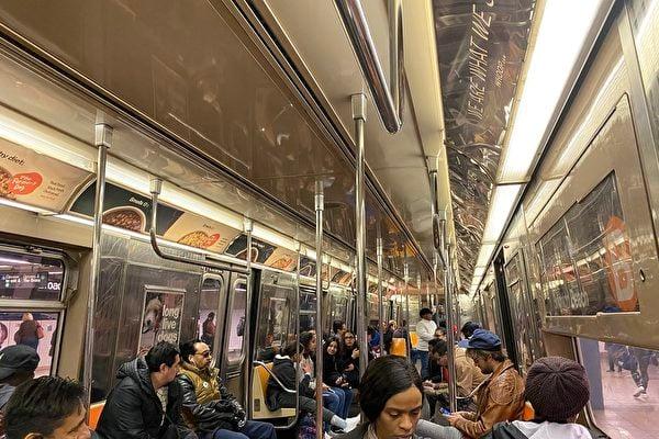 紐約市政府重視疫情,正在採取一切措施。地鐵中乘客人數見少,但人們很平靜,基本看不見戴口罩的。(施萍/大紀元)
