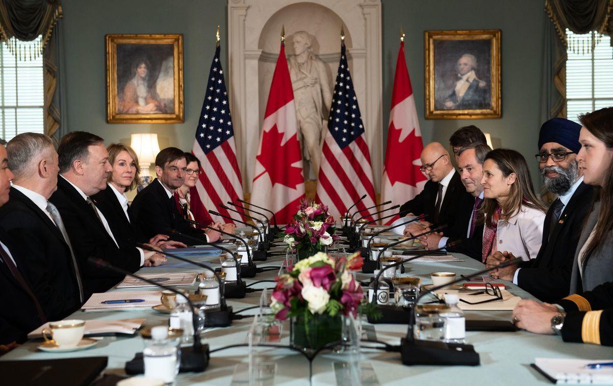 圖為12月14日,美國國務卿蓬佩奧(Mike Pompeo)和國防部長馬蒂斯(James Mattis)與加拿大外交部長方慧蘭(Chrystia Freeland)和國防部長石俊(Harjit Sajjan)在華府會面,討論中共當局拘捕加拿大公民康明凱和斯巴沃的事件。(SAUL LOEB/AFP/Getty Images)