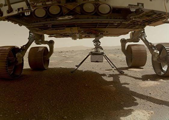 幾天前,「創新號」小型直升機被從「毅力號」(Perseverance)下方部署。(NASA/JPL-CALTECH/MSSS)