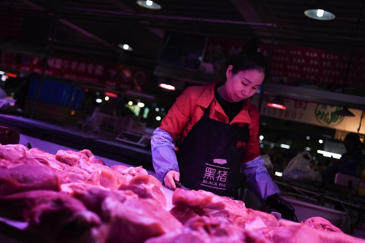 圖為北京一家出售豬肉的供應商,攝於2019年10月15日。中共官方數據顯示,由於非洲豬瘟使豬肉價格飆升了近70%,引起9月的中國消費者通貨膨脹指數以近六年來最快的速度增長。(WANG ZHAO/AFP via Getty Images)