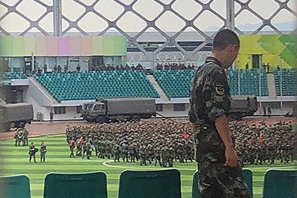 8月15日,數以千計的中共武警在深圳灣體育中心進行演習。(STR/AFP/Getty Images)