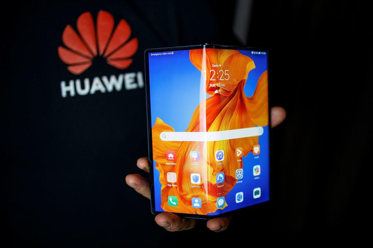 圖為華為的折疊式智能手機。(TOLGA AKMEN/AFP via Getty Images)