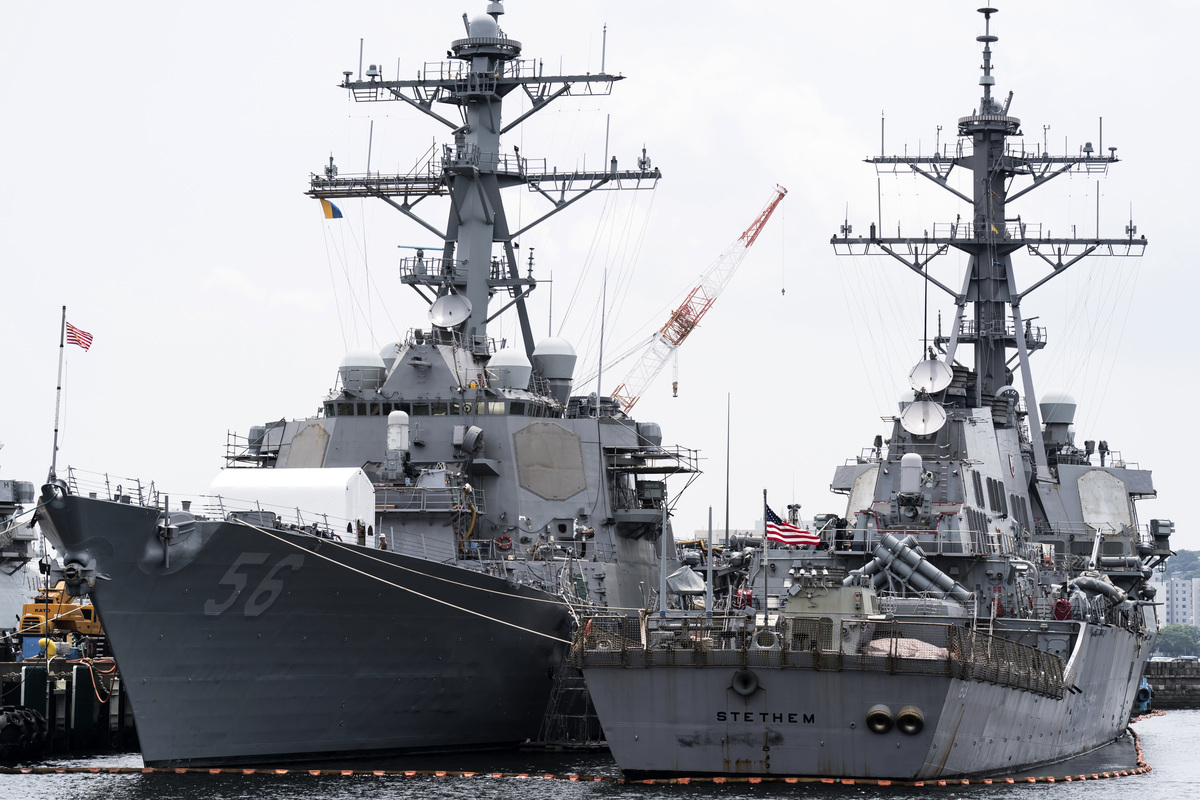 2019年6月01日,美國海軍導彈驅逐艦「約翰·S·麥凱恩」號(USS John S. McCain, DDG 56,左)停泊在日本橫須賀海軍基地的碼頭。(Tomohiro Ohsumi/Getty Images)