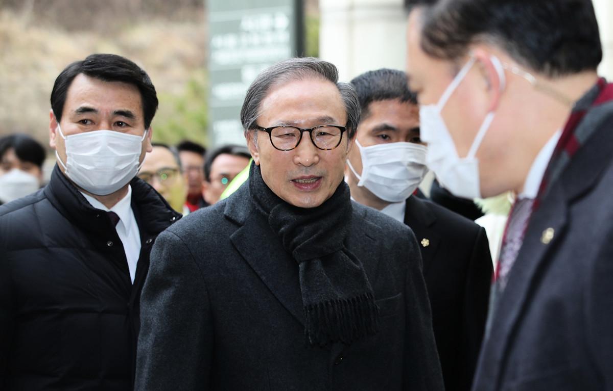 2月19日,南韓前總統李明博到達法庭,出席審判。(YONHAP / AFP)