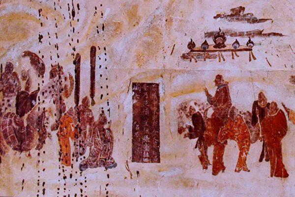 敦煌莫高窟第323窟北壁的佛教史跡圖之「張騫出使西域」,表現的是張騫持笏下跪,辭別騎馬的漢武帝,出使西域。(公有領域)