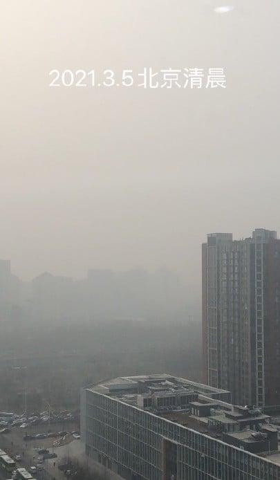 中共兩會之際,北京連續陰霾天。圖為3月5日北京某處。(微博圖片)