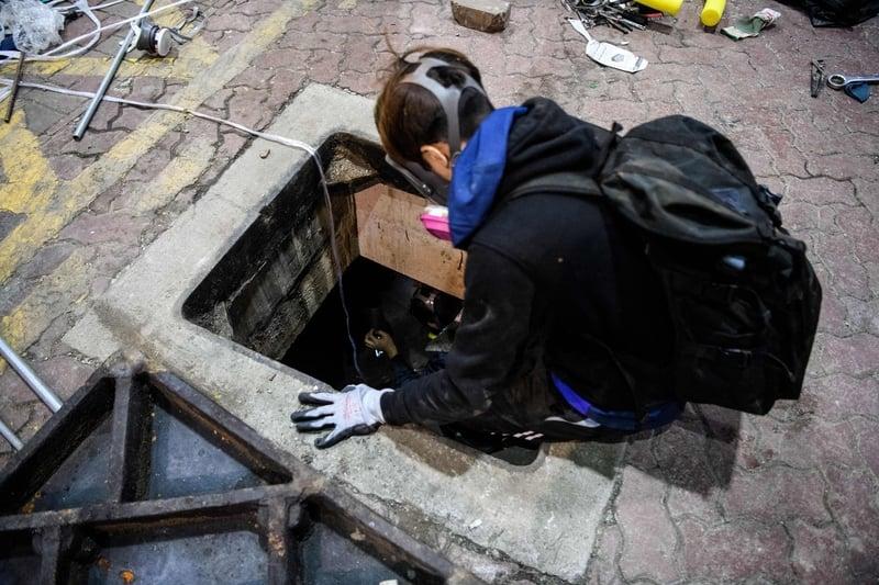 香港理工大14名抗爭者經下水道成功逃出