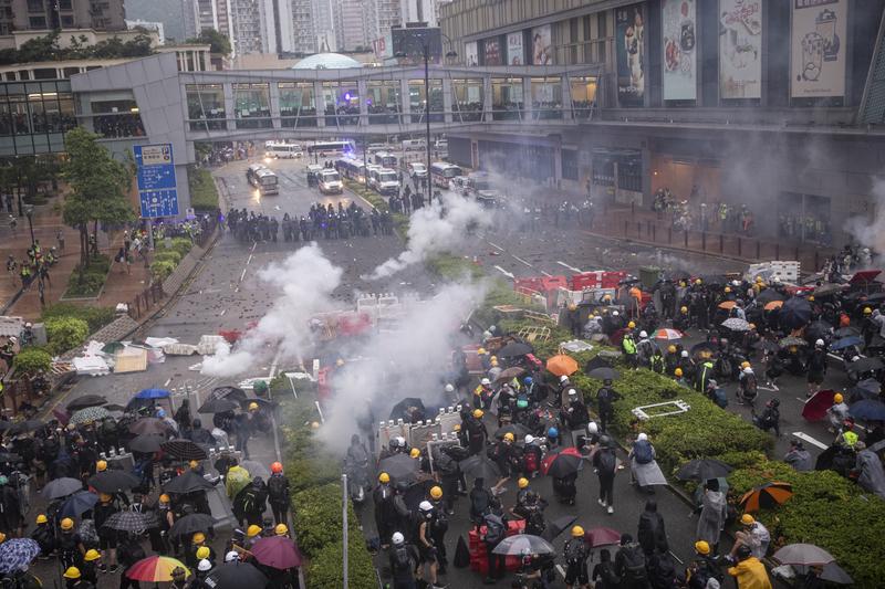 2019年8月25日,警方不停在荃灣如心廣場的楊屋道頻繁發射催淚彈。(余鋼/大紀元)