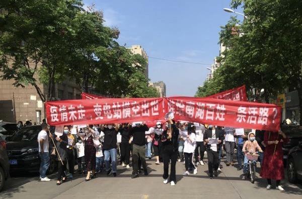 5月10日,湖北武漢市洪山區南湖平安路口有大批民眾遊行,抗議在密集小區中心建220kv變電站。民眾的遊行遭警察鎮壓。